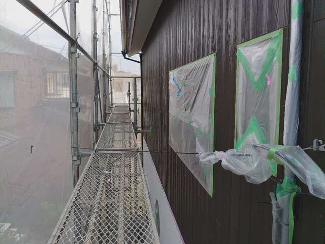 外壁上塗り作業(クリヤー)
