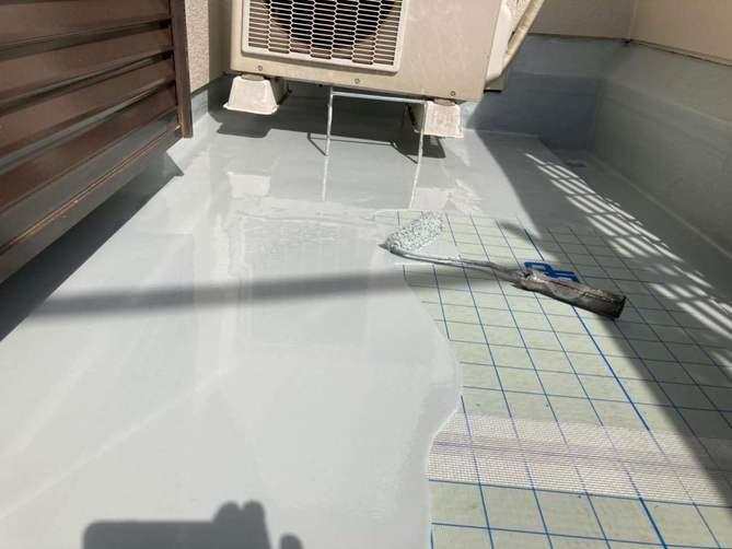 ベランダ防水ウレタン1層目塗布作業