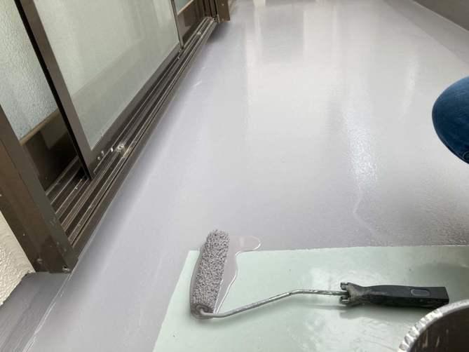 ベランダ防水トップコート塗布作業