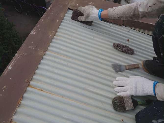 波板スレート屋根 ケレン作業