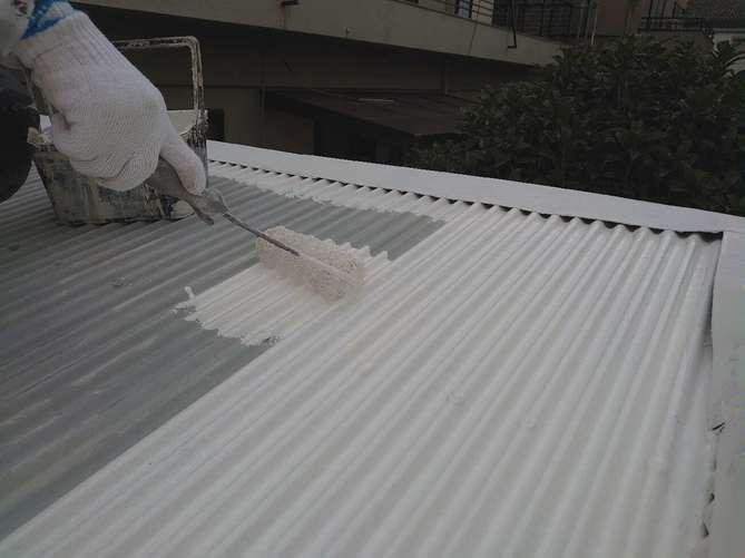 波板スレート屋根 下塗り作業